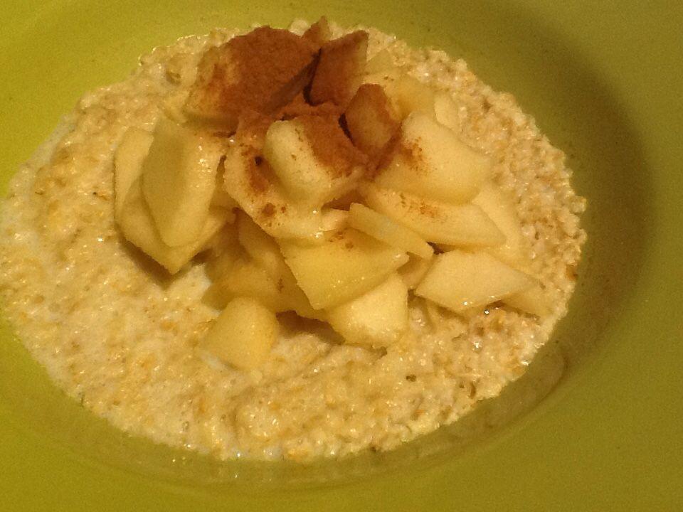 Een goed begin van de dag. Havermout, melk, peer of appel en kaneel.