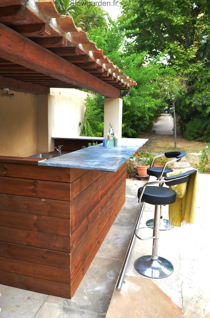 Au bord de la piscine de ce joli jardin marseille - Cuisine d ete en pierre reconstituee ...