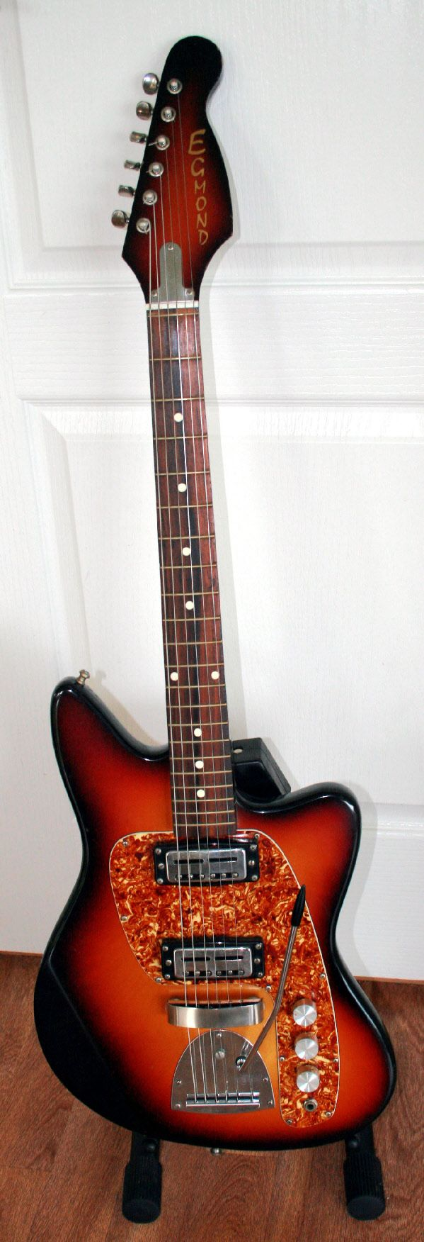 Egmond Guitars Were Made In Holland Very Similar In Quality To Harmony And Kay Brands In The U S Many British Invasion Bands Learned To Pla Basgitaren Gitaar