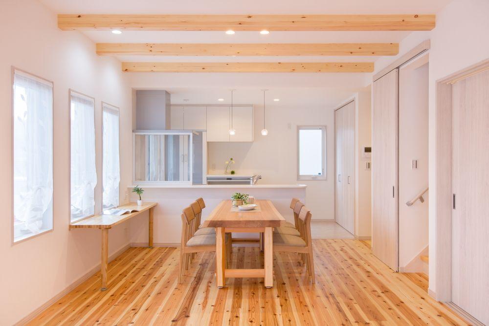 梁現しにより高い天井を確保したldk 床は杉の無垢板 テーブルも杉の