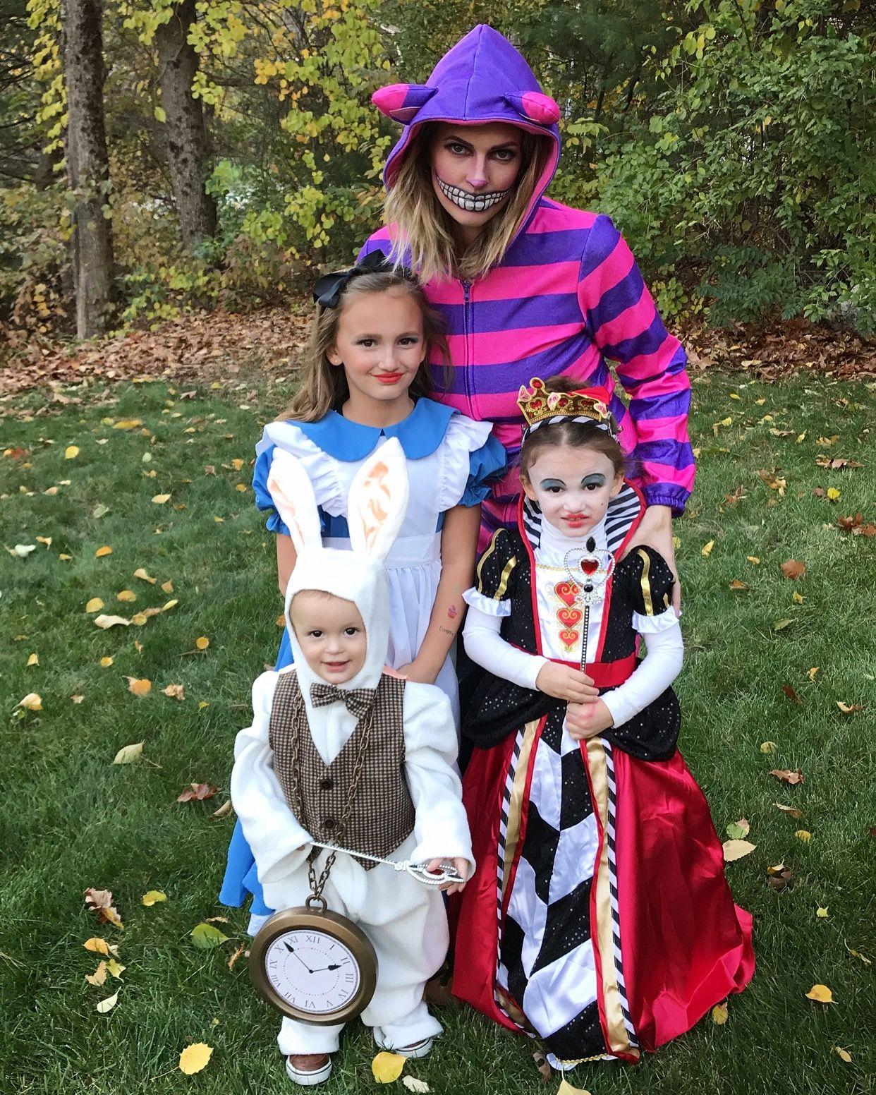 Alice In Wonderland Halloween Costume Family.Family In Wonderland Family Halloween Costumes Alice In Wonderland