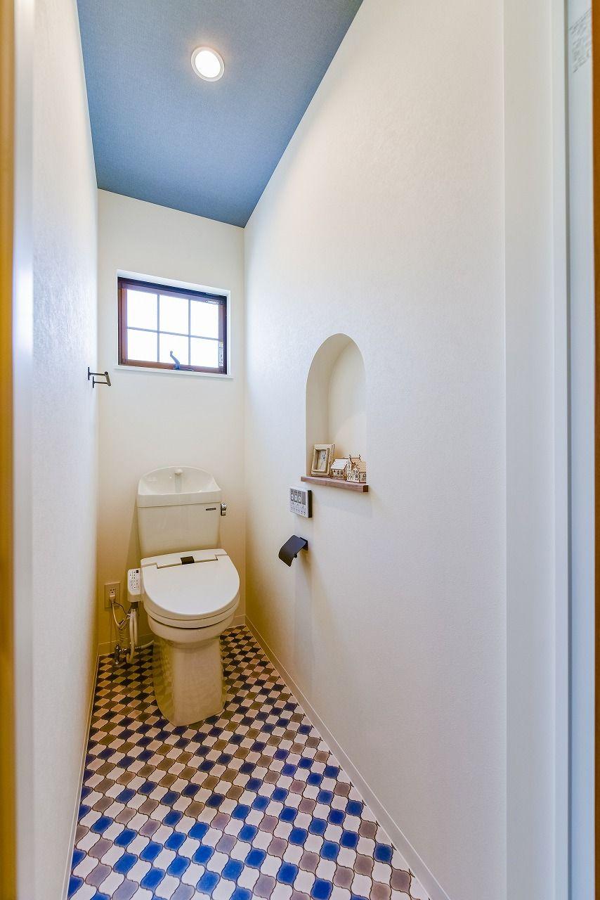 床と天井を青で統一性をだしています 床のアクセントクロスが印象的で