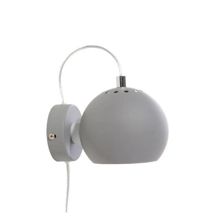 Die Ball Lampe ist ein von Benny Frandsen designter Klassiker. Erhältlich in verschiedenen Modellen und einer Fülle von Farben. Durch ihre einfache Form passt diese Lampe in jedes Heim