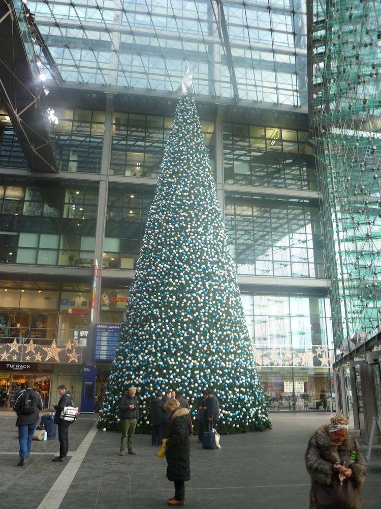 In het station staat een van de grootste kerstbomen in Berlijn