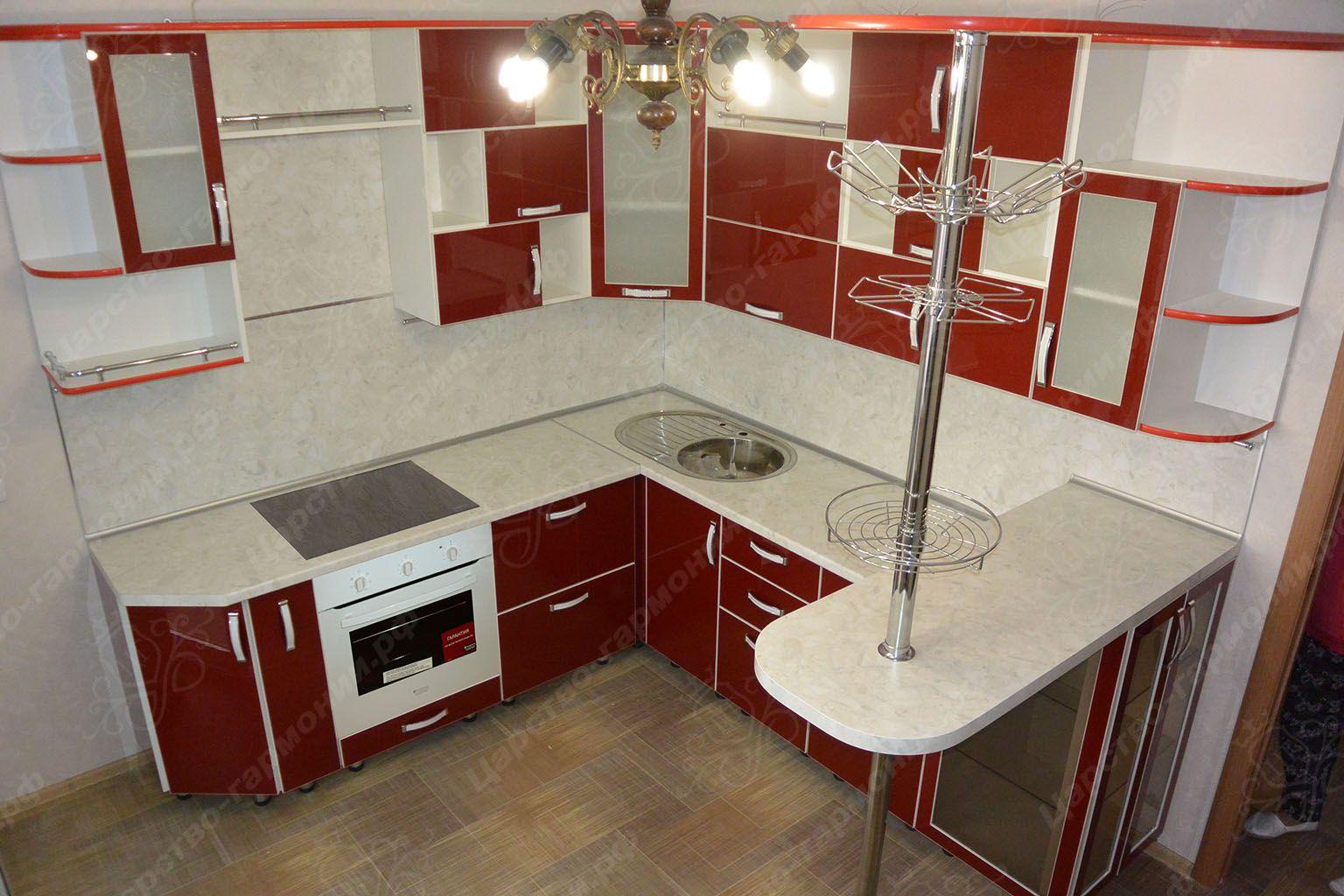 Фото угловых кухонь с барной стойкой слева