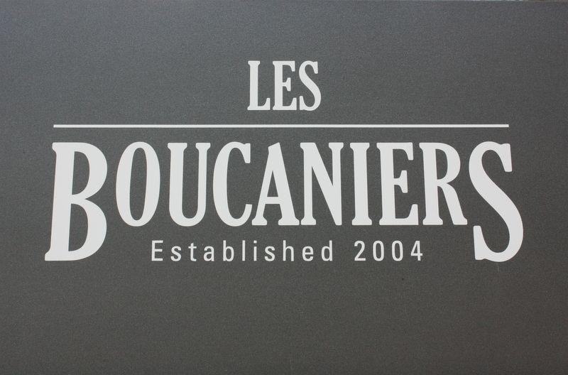 Les Boucaniers se situe dans un angle du désormais célèbre quartier Marterey, en face de Hot Dog Faktory et de l'Etoile Blanche.
