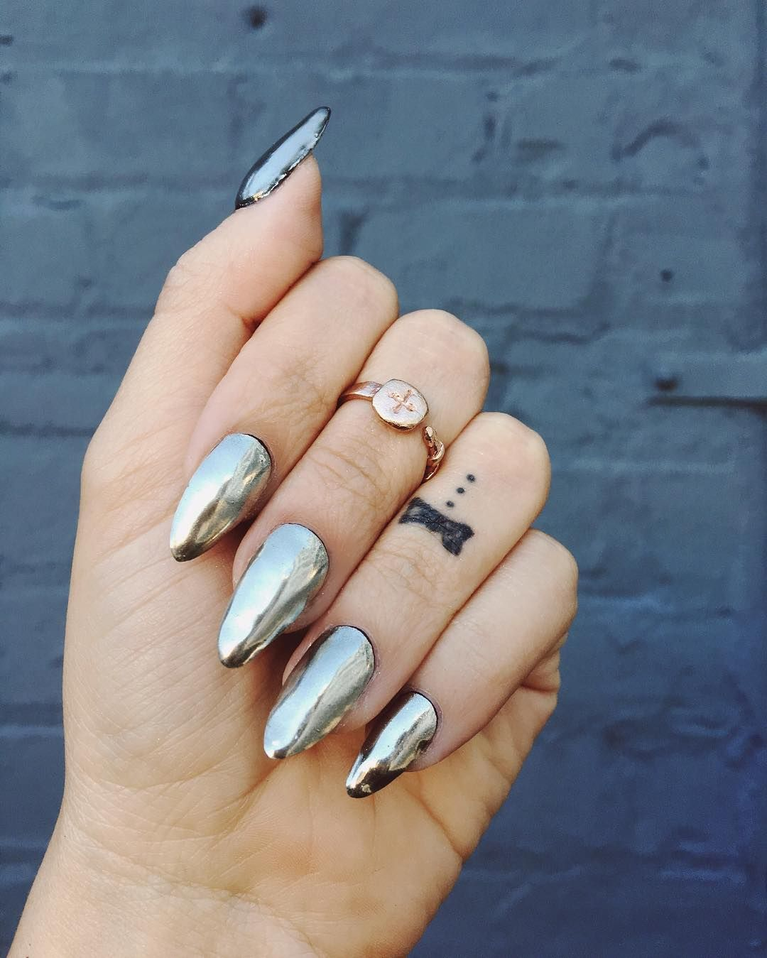 Chrome nails A dark silver chrome looks so pretty with rose gold