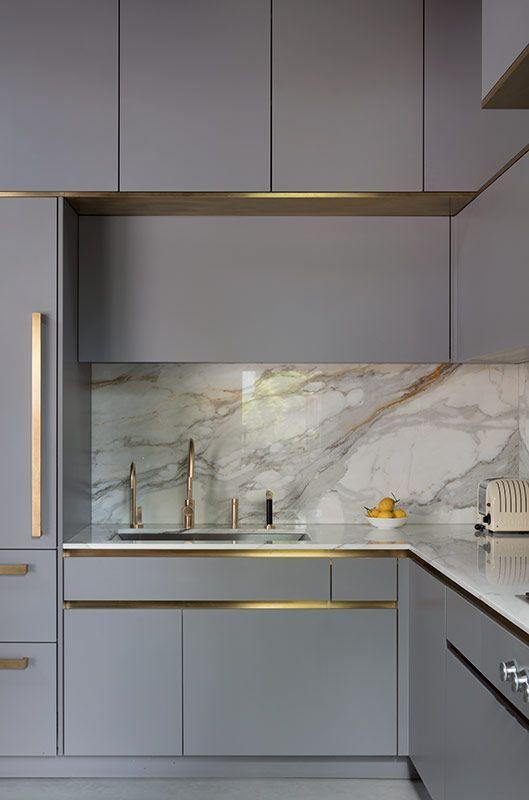 Govotsis: Eine mattlackierte Küche mit Messingverkleidung von Roundhouse Design #contemporarykitcheninterior