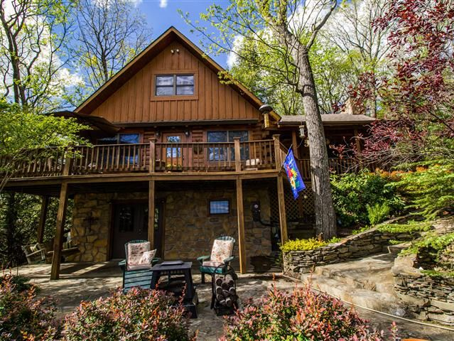 Rest and relaxation is waiting for you in this cozy cabin nestled on a point in the gated community  of Cascade Mountain located right off the Blue Ridge Parkway.