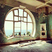 Zobacz zdjęcie cudne okno i widok za nim,.