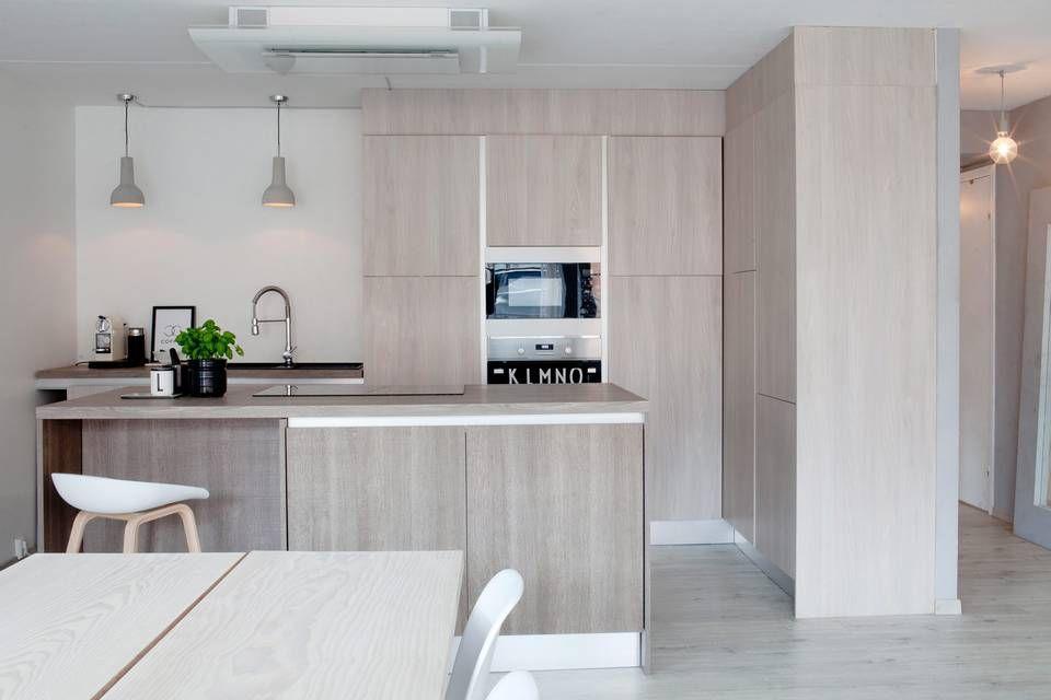ITALIENSK: Kjøkkenet er fra italienske Arrital og er valgt for å passe inn i resten av innredningen i stuen. Lampene er fra Habitat, urtepotten og morteren i svart marmor er begge kjøpt hos Bolina. Stolen er produsert av Hay. FOTO: Irene Sandved Lunde