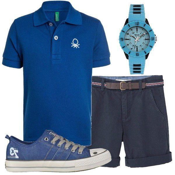 Una polo blu, in cotone, griffata Benetton, abbinata a degli shorts blu navy, in puro cotone. Abbiniamo sneakers in tessuto, griffate Dockers e orologio in plastica azzurro, Casio.