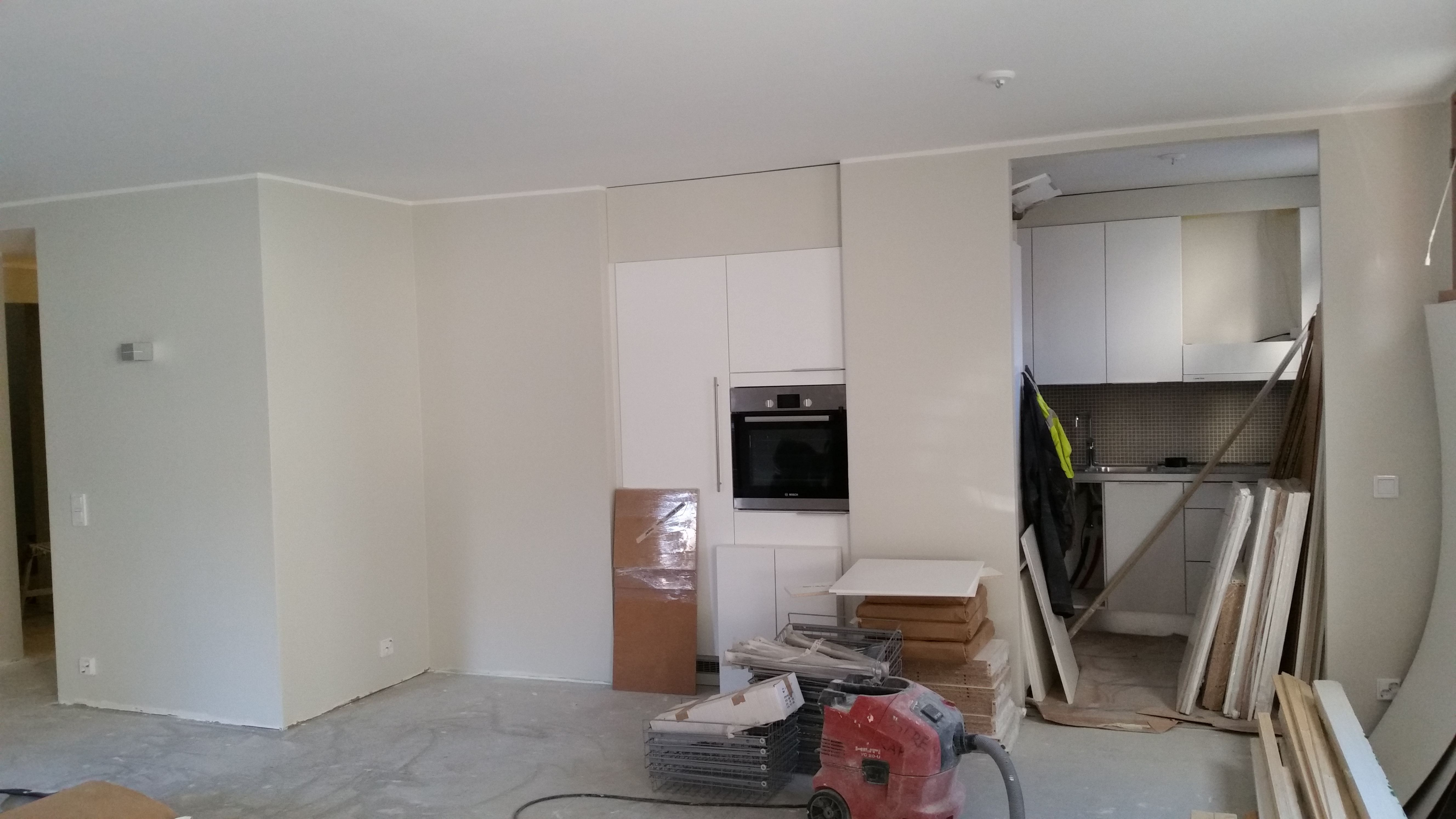 Kuvaa valmiista keittiöstä ja olohuoneesta. Kalusteasennukset eivät ole Tammijuuren tekemät.