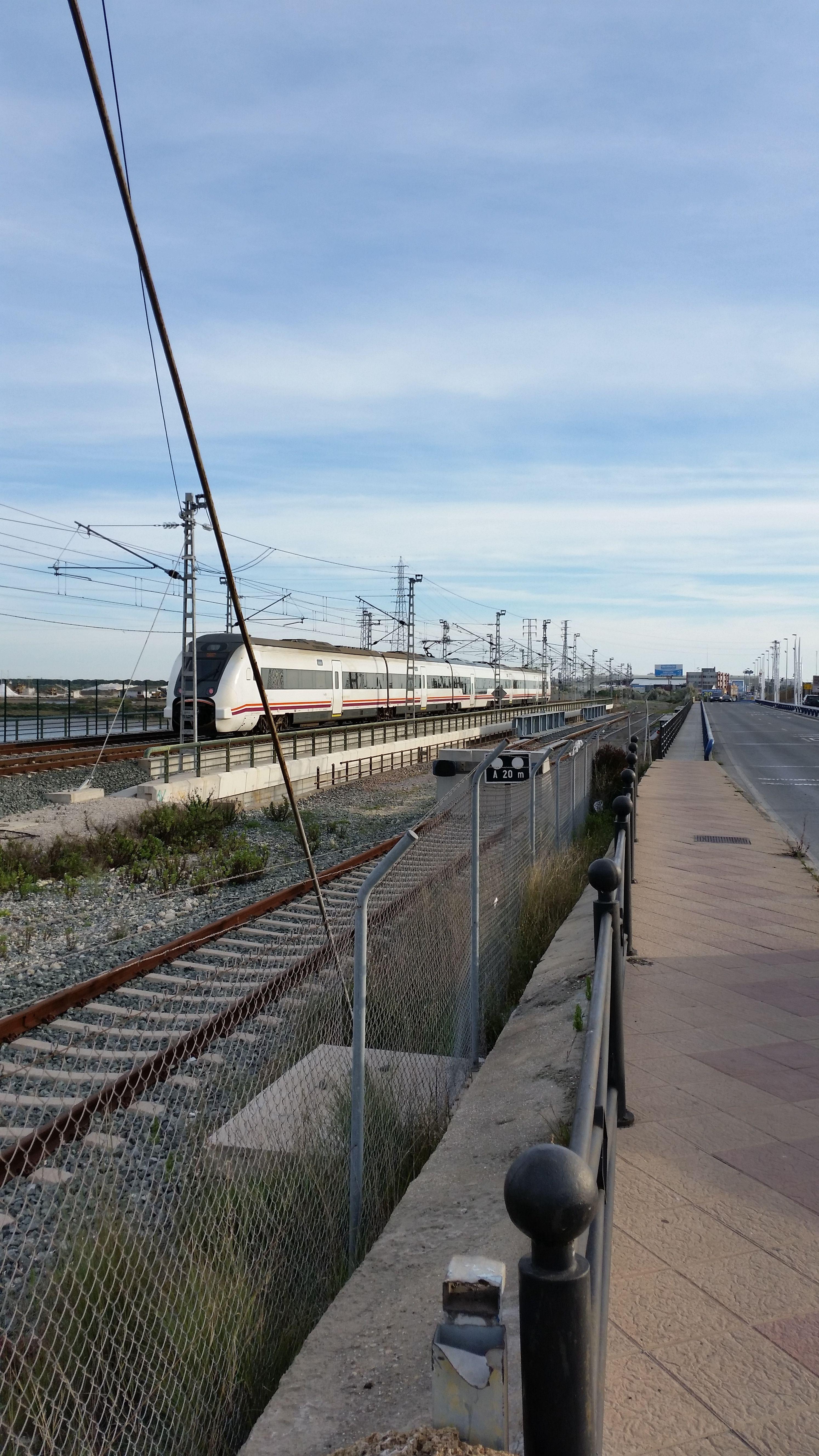 media distancia procedente de Cádiz atravesando el puente sobre el río Guadalete