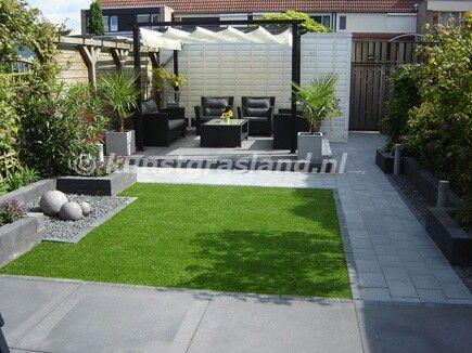 Moderne tuin met eethoek zithoek en kunstgras gezellig