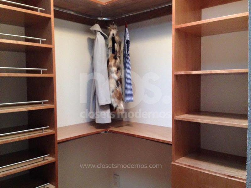 Vestidores modernos de madera una opción de organización para el