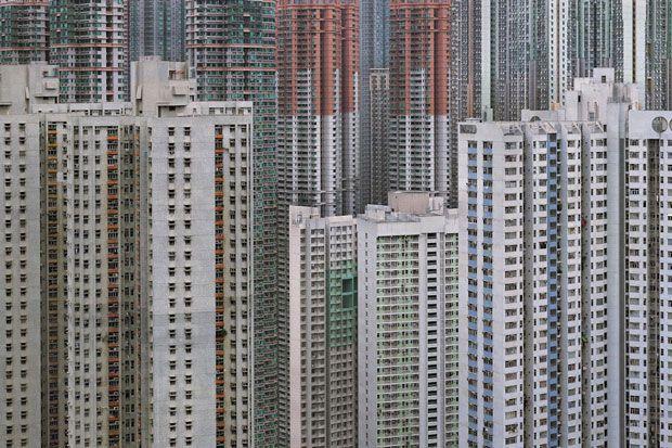 Un photographe a voulu montrer une certaine vision de la réalité urbaine dans les métropoles à forte densité de population. Résultat, ça donne des photographies fascinantes et effarantes.  C'est l'artiste Michael Wolf, qui a vécu 8 a...