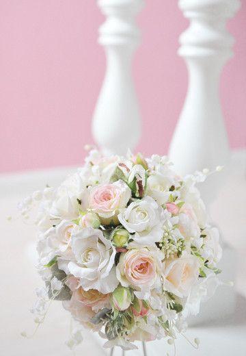 すずらんの花ことば「幸福の訪れ」。初夏を代表する花は、ブーケの中でも人気があります。揺れるように咲く、可憐な花と存在感たっぷりの薔薇との組み合わせは、清楚で気...|ハンドメイド、手作り、手仕事品の通販・販売・購入ならCreema。