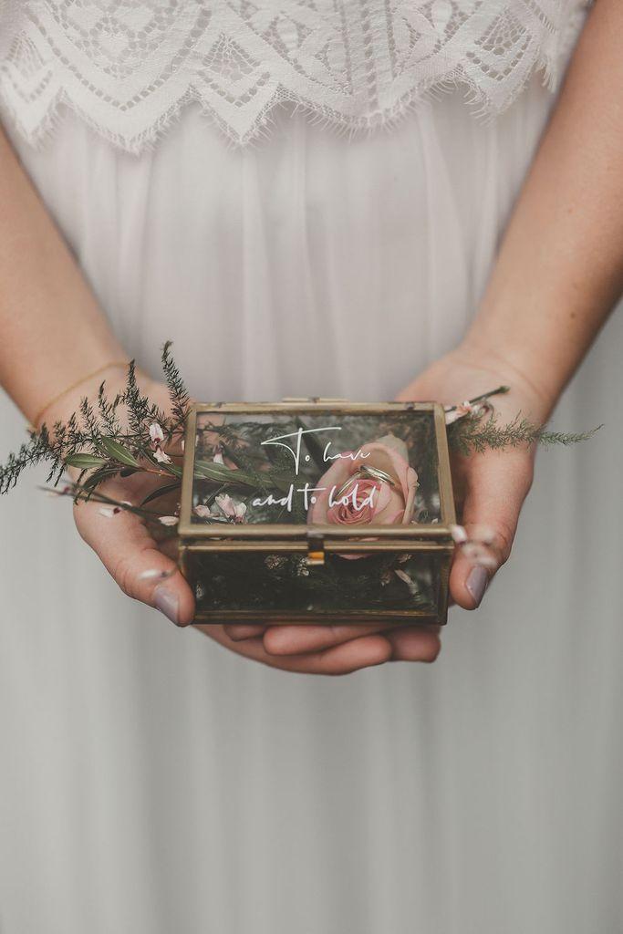 """Caja de anillo, joyero con letras de letras a mano – """"Tener y sostener"""""""