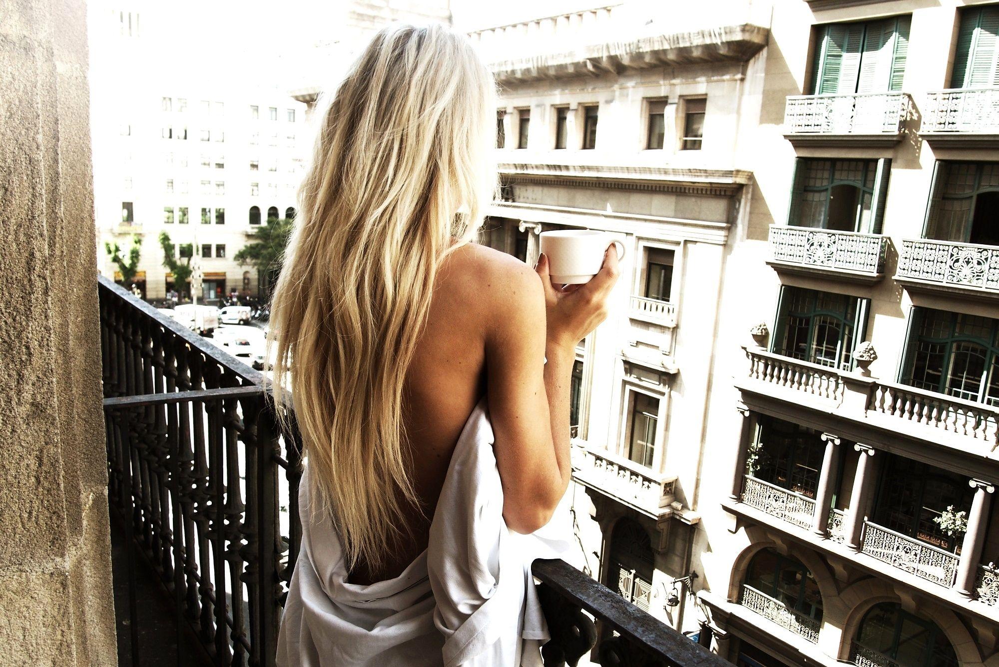 фото девушки сзади в красивом городе сами наперебой