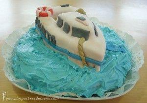 Tarta fondant de barco. Hecha con dos bizcochos. La cobertura del barco es de fondant y el mar de buttercream.