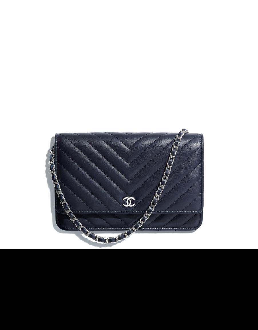 Pochette avec chaîne Classique, agneau   métal argenté-bleu marine - CHANEL  RTW SS 2018  Chanel  ChanelEphemeralLandscape  ChanelSpringSummer 2018   SS18 ... 4e5709b7f6f