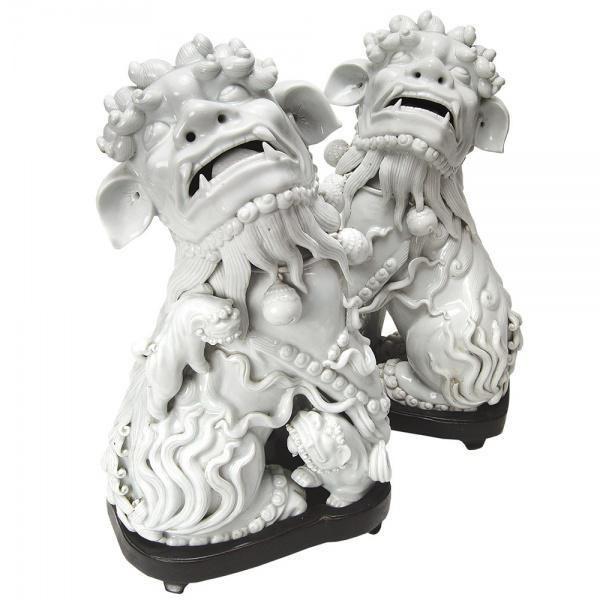Par de cães de fó (cão de Buda) do sec. XVIII, período Qianlong (1736-1795) de porcelana