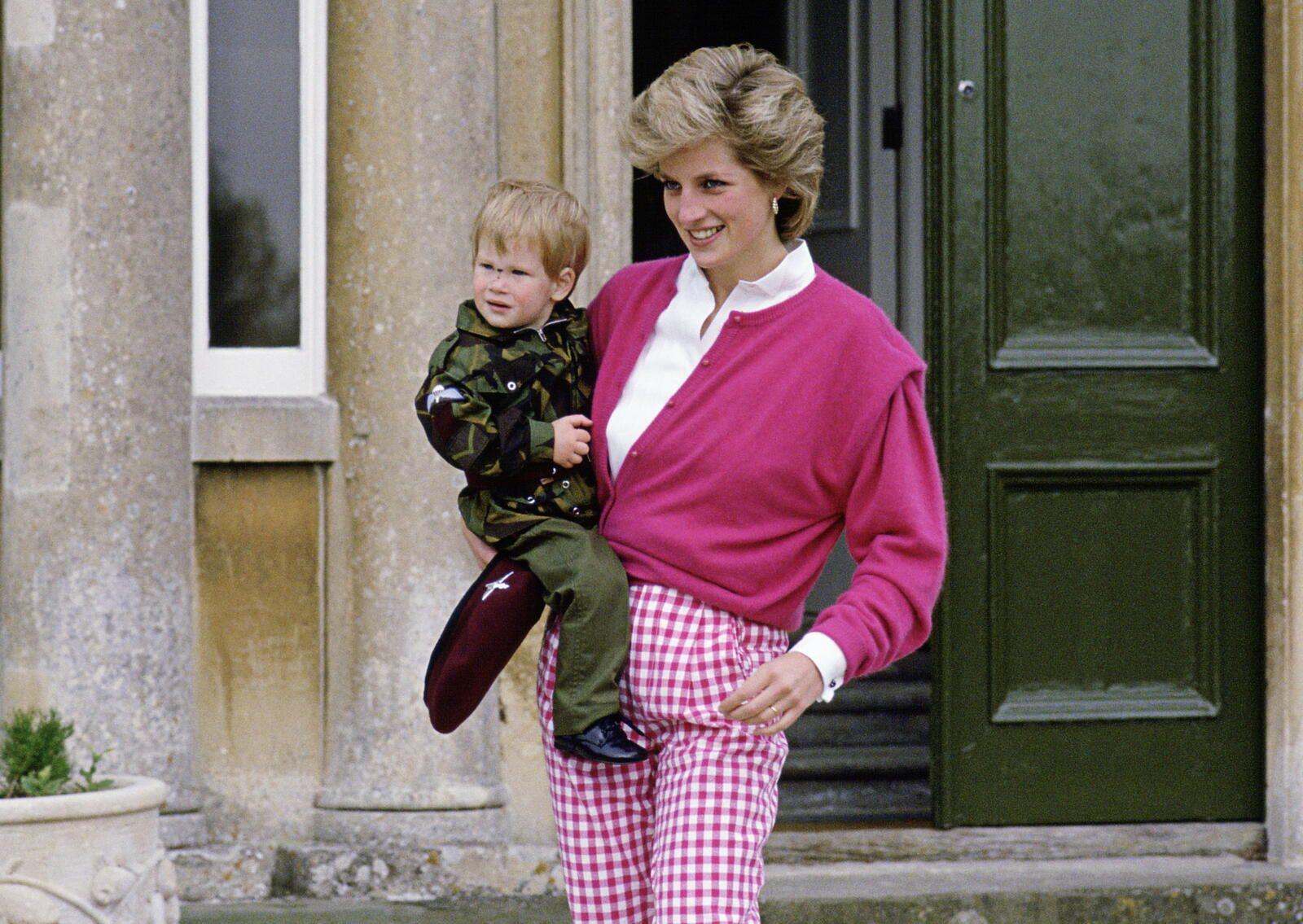 بالصور لقاء يجمع هاري مع سيدة التقتها والدته الأمير ديانا قبل 22 عام ا فما قصتها Princess Diana Photos Prince Harry Princess Diana