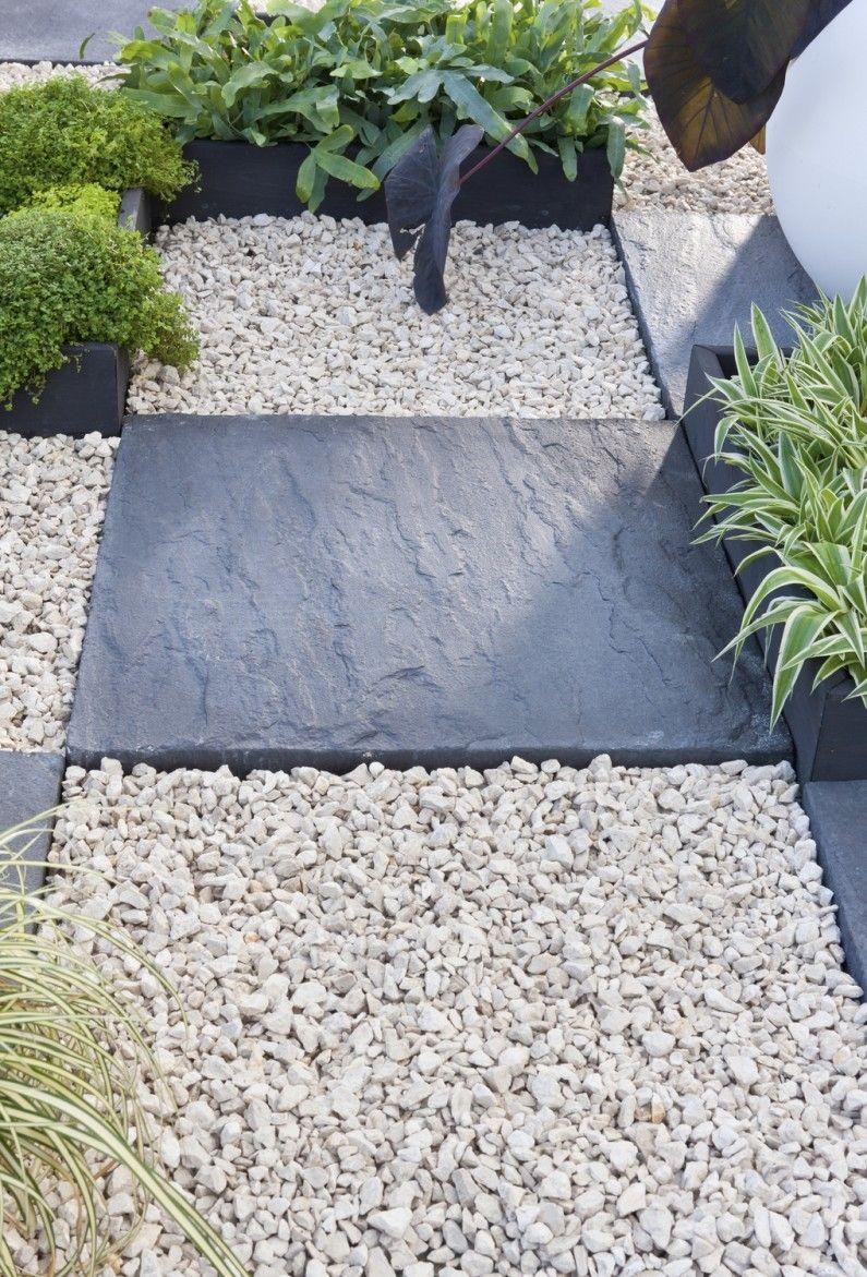 Une Allee Pour Le Jardin Avec Dalles En Ardoise Et Graviers Blanc Dalle Jardin Jardins Decoration Jardin Exterieur