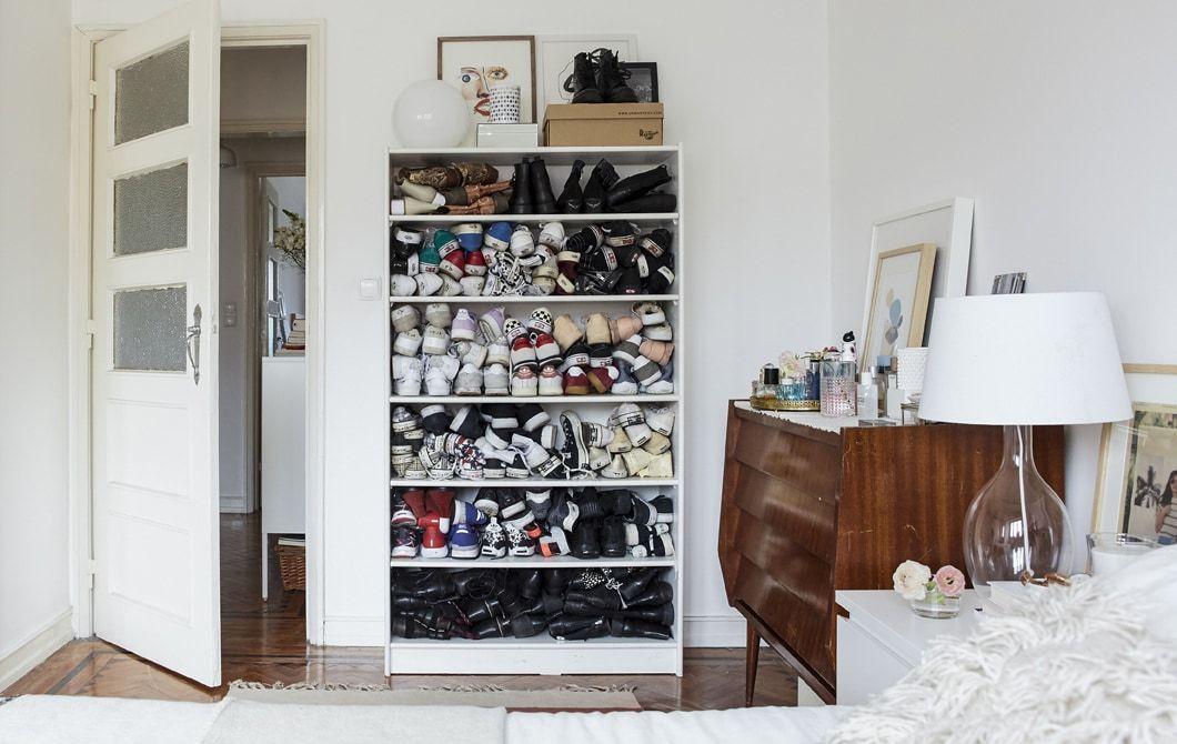 Chambre à coucher blanche avec plancher en bois et chaussures