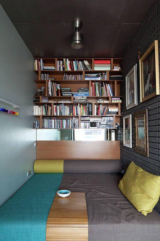 Waska Wneke Zaprojektowano Jako Kombajn Do Wypoczynku Sciane Wypelniaja Polki Z Ksiazkami Na Tapicerowanej Lezance Mozna Siedziec Home Best Sofa Home Decor