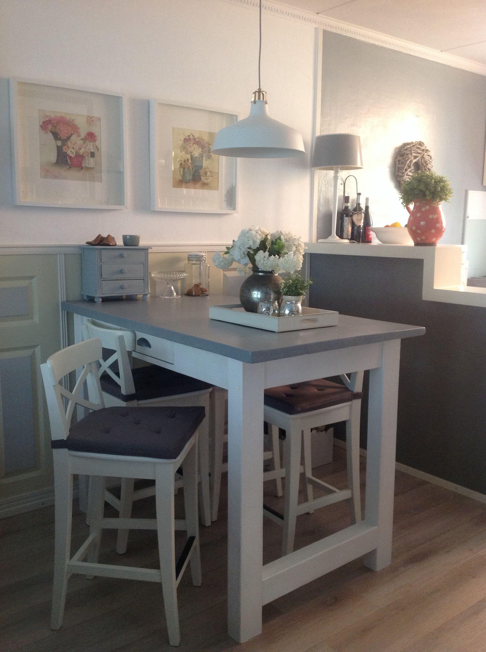 De halfhoge bartafel, zelf gebouwd met krukken van Ikea. | Keuken ...