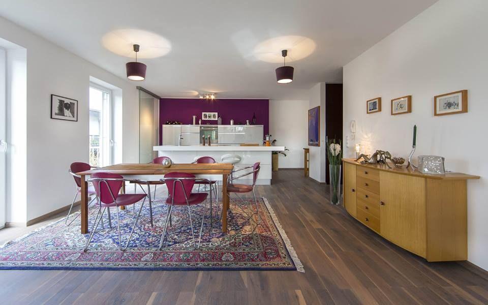 Die offen gestaltete Living Area mit den Lebensbereichen Wohnen/Kochen/Essen präsentiert sich großzügig und lichtdurchflutet.