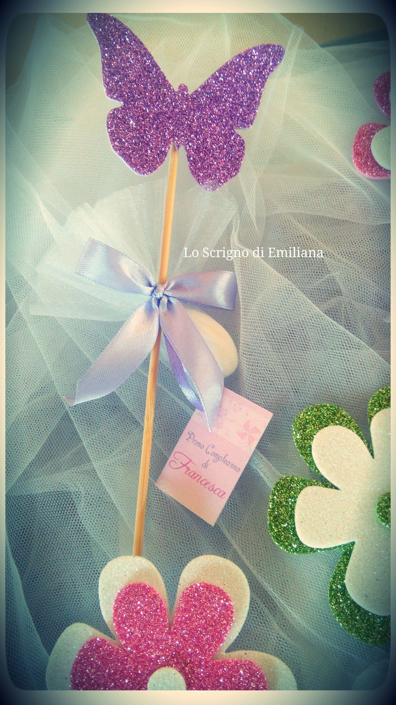 Segnaposto per ogni evento decorato con farfalla in gomma crepla e confetto