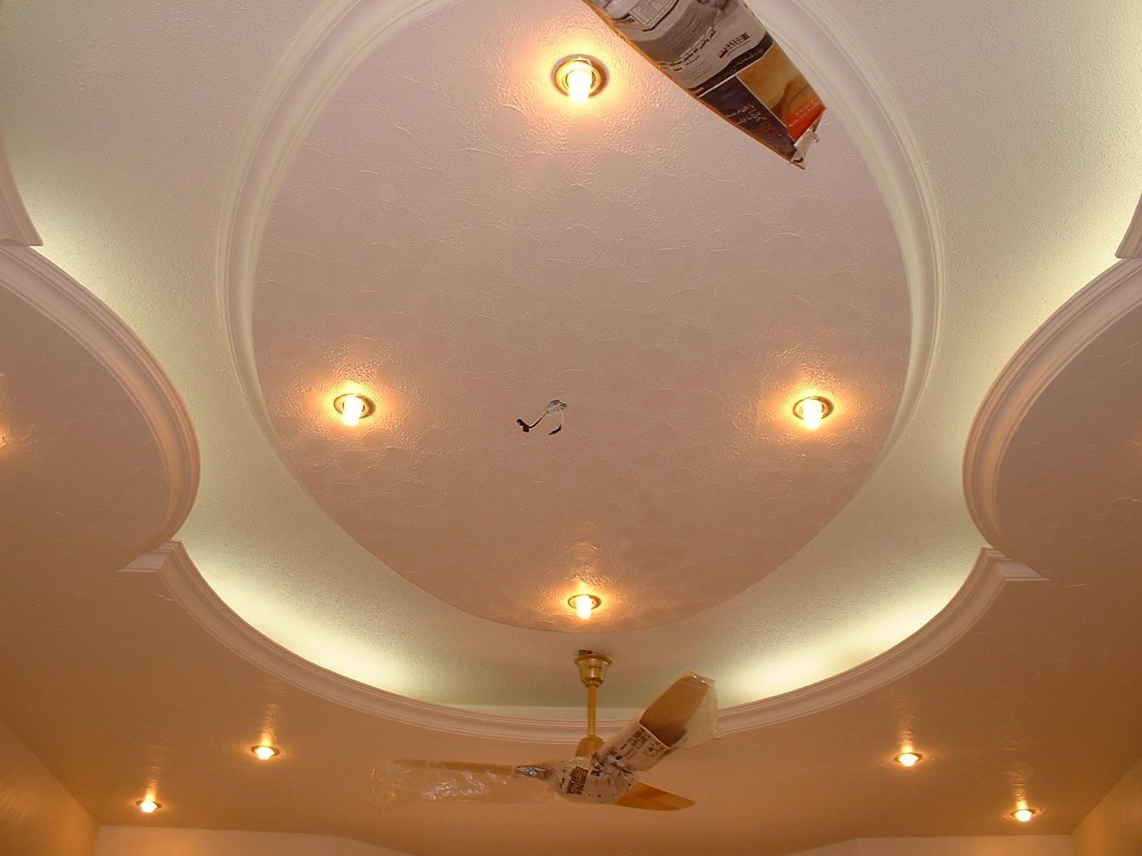 Plafoniere Da Controsoffitto A Led : Un soffitto bianco messo in risalto da faretti led a luce calda