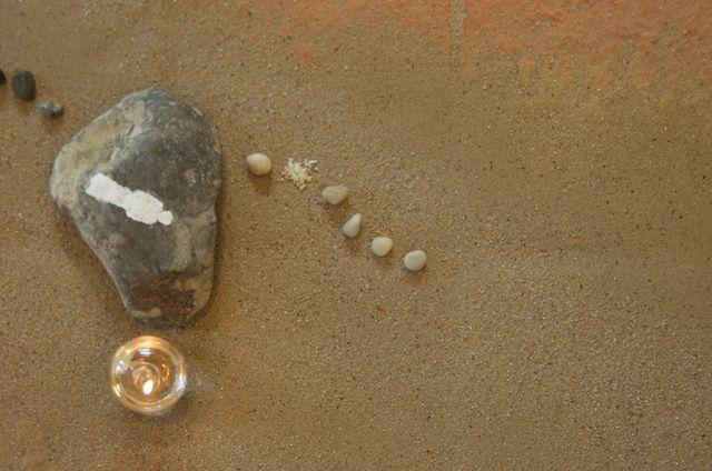 Dag 34: Zes stapstenen liggen er nu in onze gebedsruimte.  Elke week komt er een grote stapsteen bij, Pasen komt steeds dichterbij.  Je bent van harte welkom bij onze viering.  en te zien hoe wij de stapstenen in onze gebedsruimte gelegd hebben.
