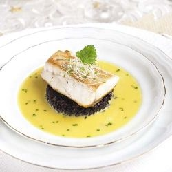 Roast seabass, black rice and Asian bouillabaisse. (in Spanish)