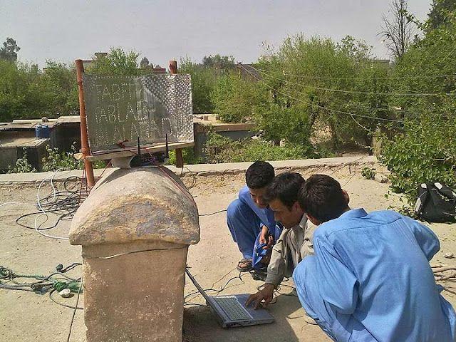 Cómo hacer una red inalámbrica con un poco de chatarra  El Instituto Tecnológico de Massachusetts, a través de su organización Fab Lab, está enseñando a los habitantes de países como Pakistán, Afganistán o Kenia a construir redes inalámbricas con materiales locales y que son habituales en la basura.
