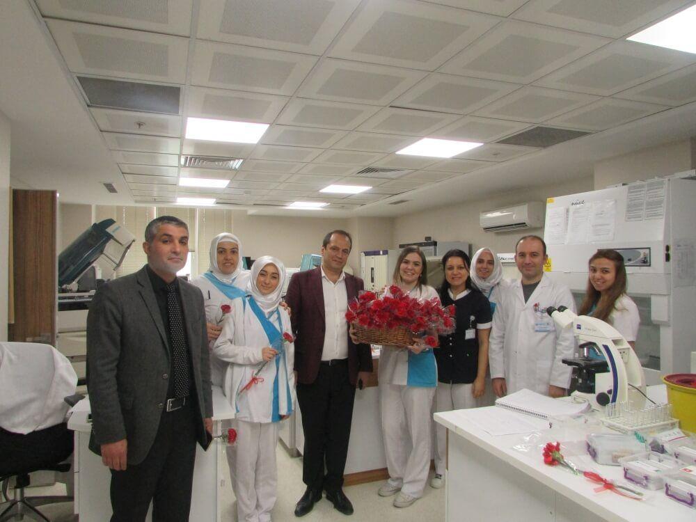 Zel Esencan Hastanesi Yonetim Kurulu Baskani Taskin Yenidunya 8 Mart Dunya Kadinlar Gununde Tum Bayan Calisanlarini Ciceklerle Ziyaret Ederek Kadi Kadin Martini