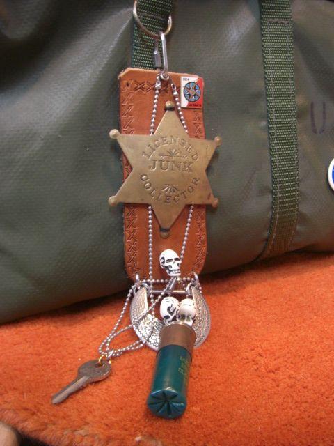 以前当店でお買い上げになられたU.S.ミリタリーテント(カスタム)の生地を使ったツールバッグ。そのツールバッグに真鍮のジャンクバッチ付キーホルダーを自己流...