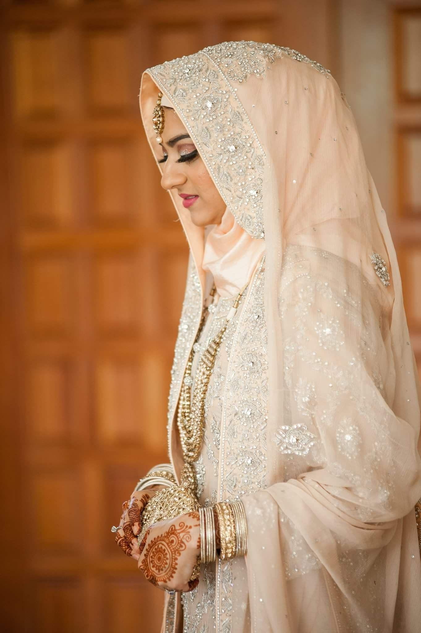 Hijab Engagement Dresses – 27 Beautiful Engagement Dresses for Hijabis foto