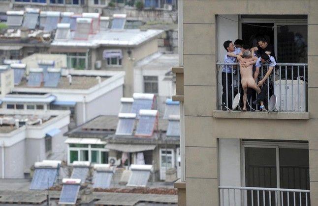 Policías tratan de agarrar y controlar a un hombre desnudo fuera de
