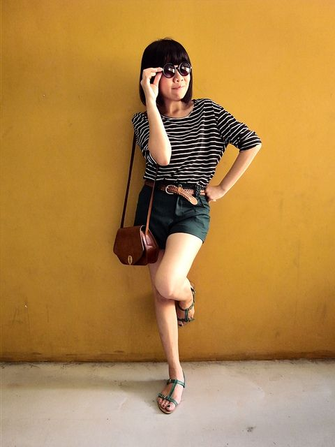 cute outfit, black and white stripes + shorts and green sandals, great.
