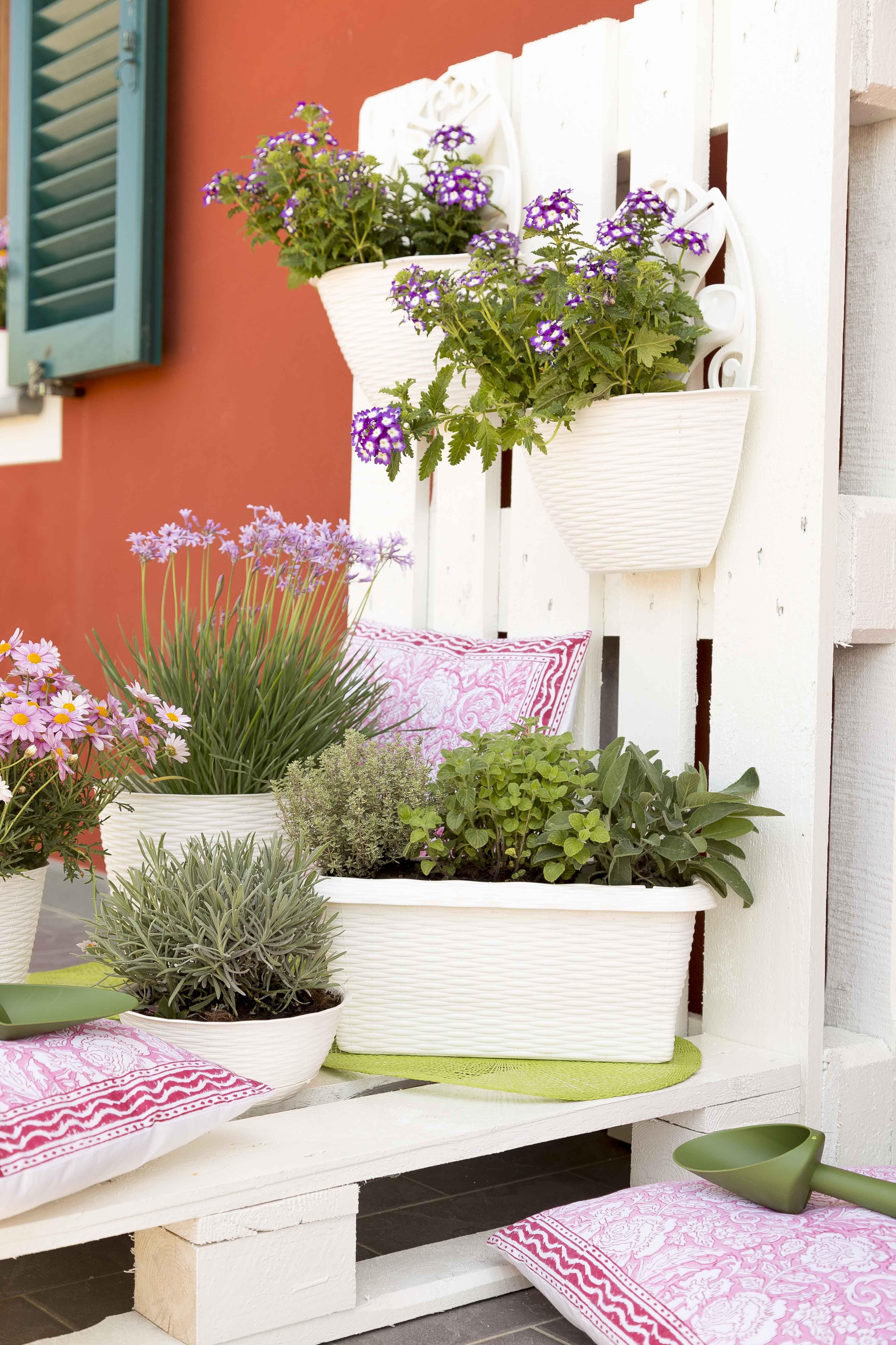 Le fioriere e i portavasi della linea paglia sono pratici for Portavasi da balcone