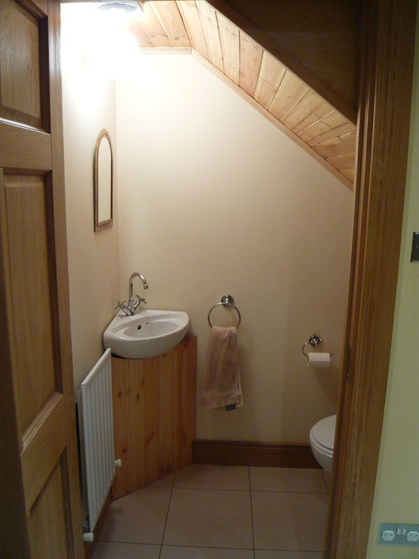 Stairs design pictures with toilet underneath for Medio bano bajo escalera