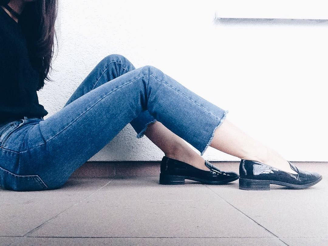 Kick flare jeans and my favorite flats Minimal style qonique.com