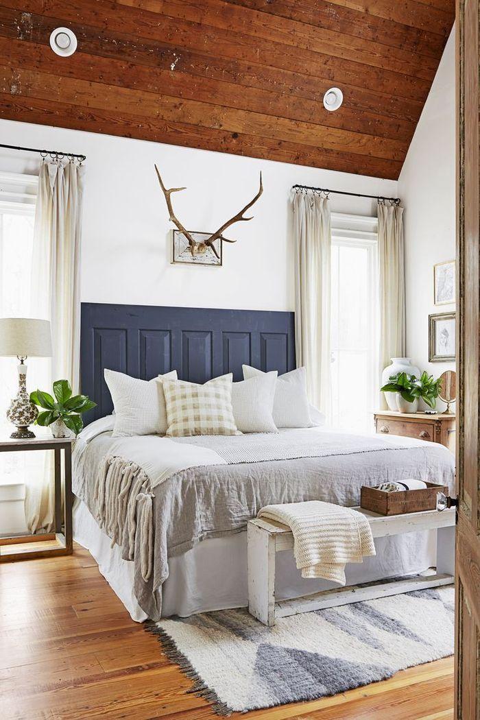 une chambre à coucher aménagée en style campagne chic avec ...