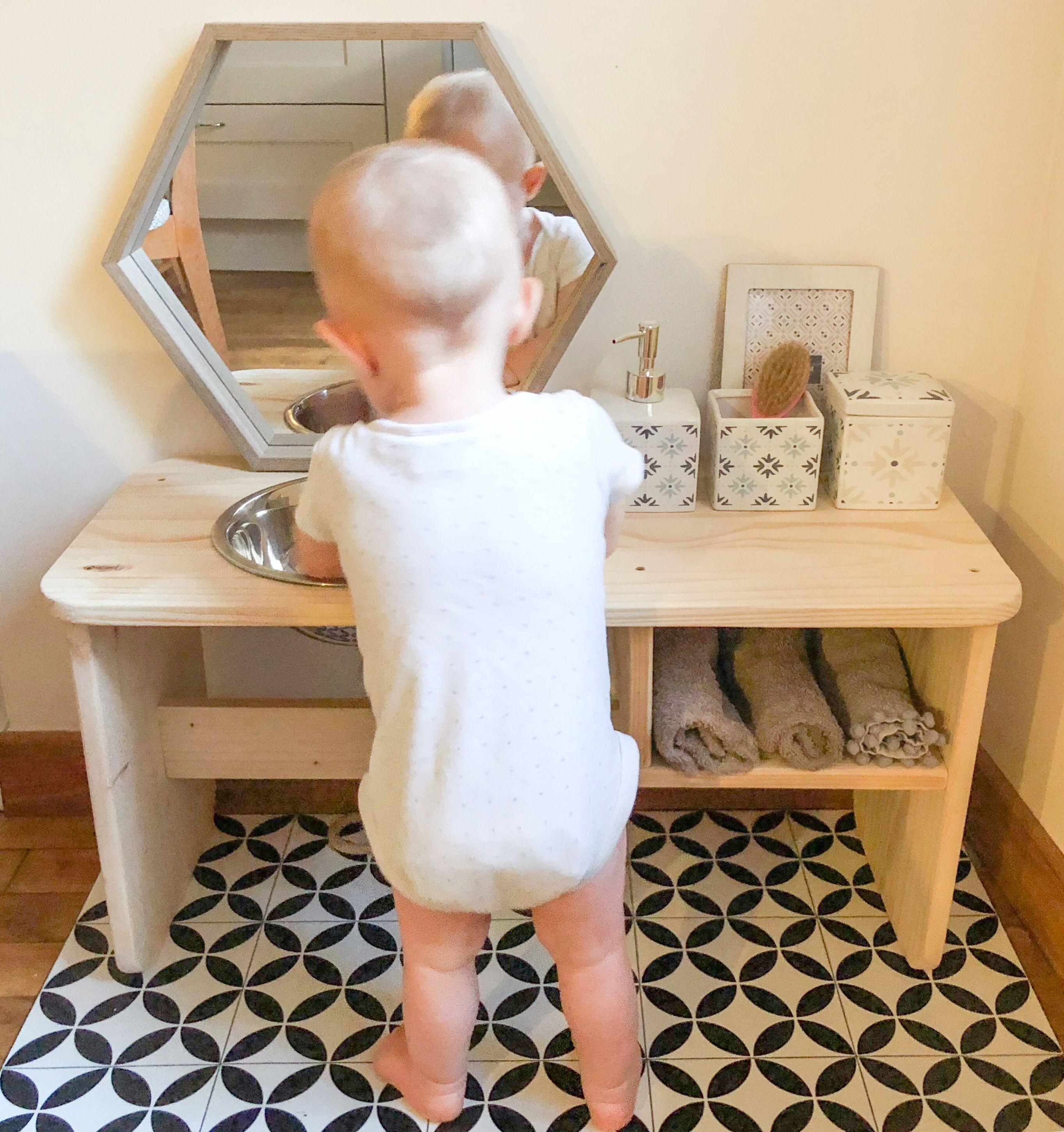 Table de salle de bain montessori id ale pour guider b b vers l autonomie b b apprend se - Salle de bain bebe ...