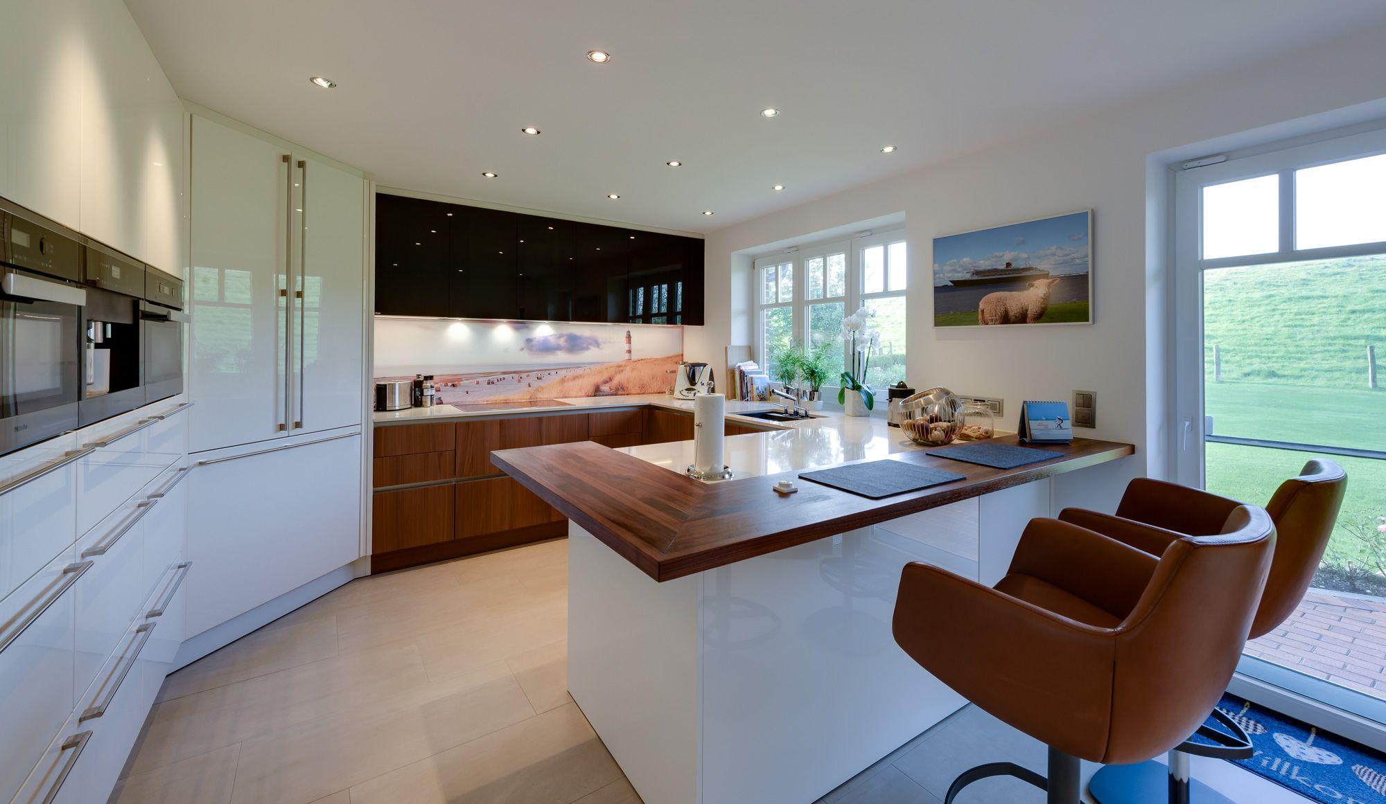 Die Hauptaspekte der Küche wurden in einer großzügigen U-Form ...