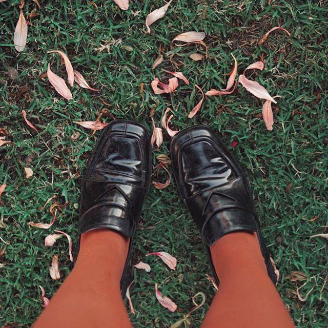 d9a1274614 Sapato preto vintage mocassim vinil com meia calça caramelo laranja ...